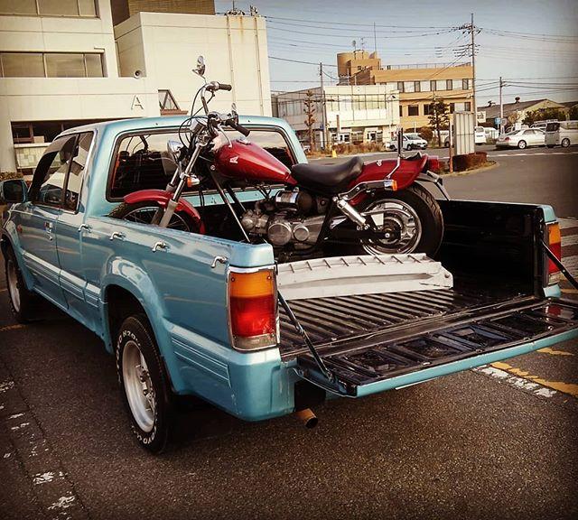 おはようございますトラック初荷です。トラックで、これをやりたかったーハワイだとかっこよく見えたんだけど、日本だと、何か違うな…アメ車のトラックでやらないとかな🤔#bluemotors #プロシードキャブプラス#プロシード#トランポ#jazz