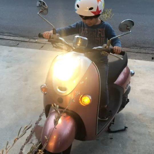 出川哲朗の充電させてもらえませんか  に影響されている、長男です。 スイカのヘルメットがないので、自転車用で代用です。#hairsalonblue #bluemotors #出川哲朗の充電させてもらえませんか #ビーノ#白岡市美容室